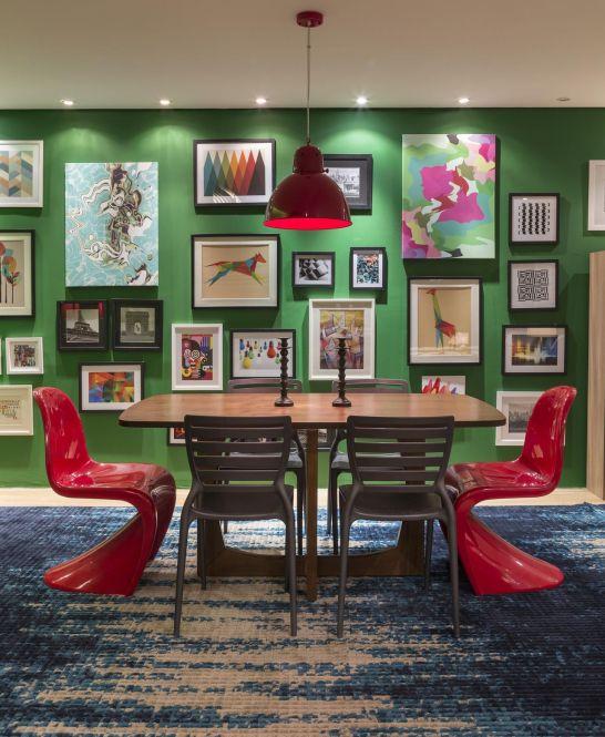 decoracao-sala-de-jantar-parede-verde-cheia-de-quadros-amcarquitetura-90464-proportional-height_cover_medium