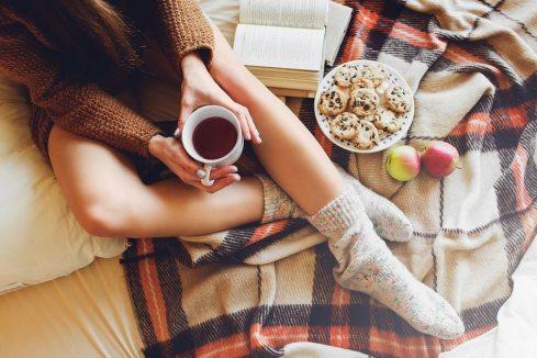 menina-sentada-cama-comendo-roupa-frio