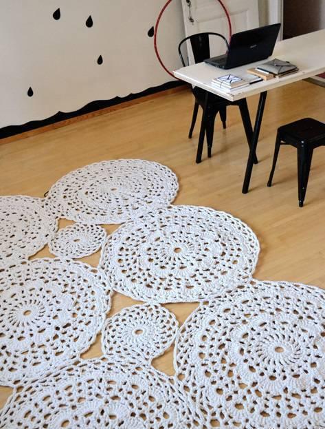 tapete-de-barbante-croche-no-home-office-ambiente-decorado-circular-branca-nórdico-escandinavo