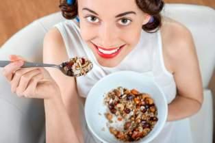mulher-comendo-frutas-secas.jpg