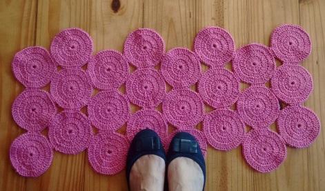 7 modelos de tapetes para decorar, presentear ou ganhar dinheiro tapete de croche circulos